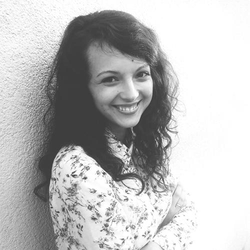 Daria Marciniak - JEJ HISTORIA: uśmiechnięte dziecko, nawrócona nastolatka, szczęśliwa żona. Swoją przygodę ze służbą rozpoczęła w Przemyślu, będąc częścią grupy uwielbienia i prowadząc zajęcia dla dzieci. Z czasem zaczęła angażować się w grupę młodzieżową, a praca z młodymi ludźmi stała się tym, co Bóg głęboko położył jej na sercu. Dziś współorganizuje ogólnopolskie konferencje młodzieżowe.